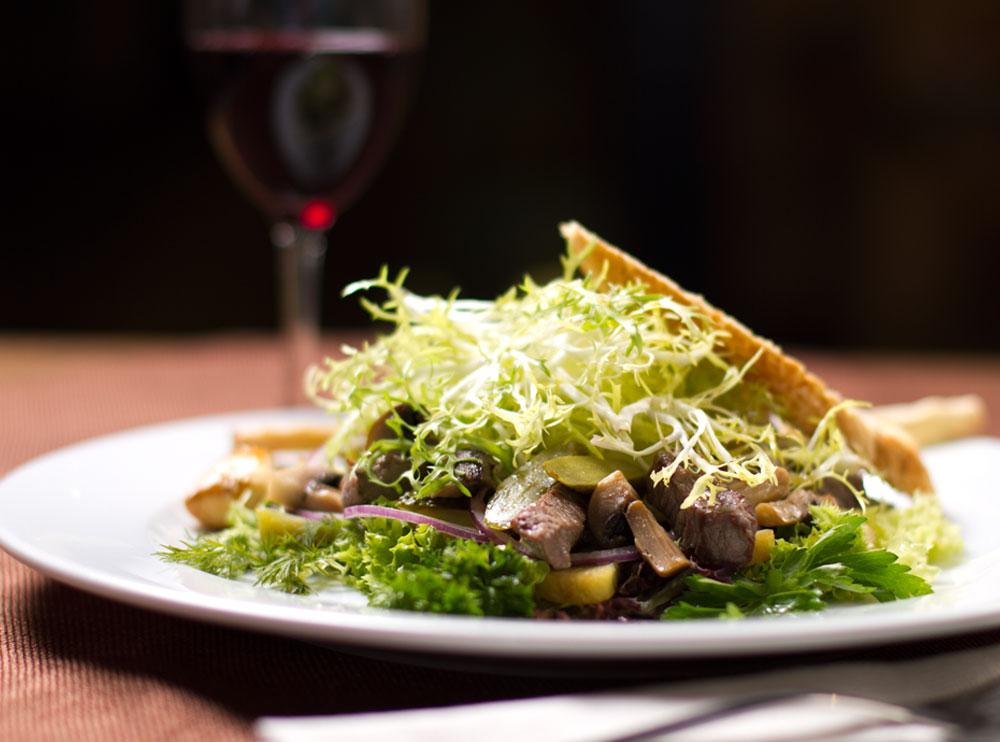 Салат із теплою телятиною, картоплею та маринованим огірком під гірчичною заправкою