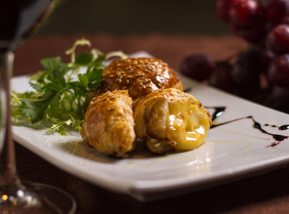 Сир камамбер запечений в листковому тісті