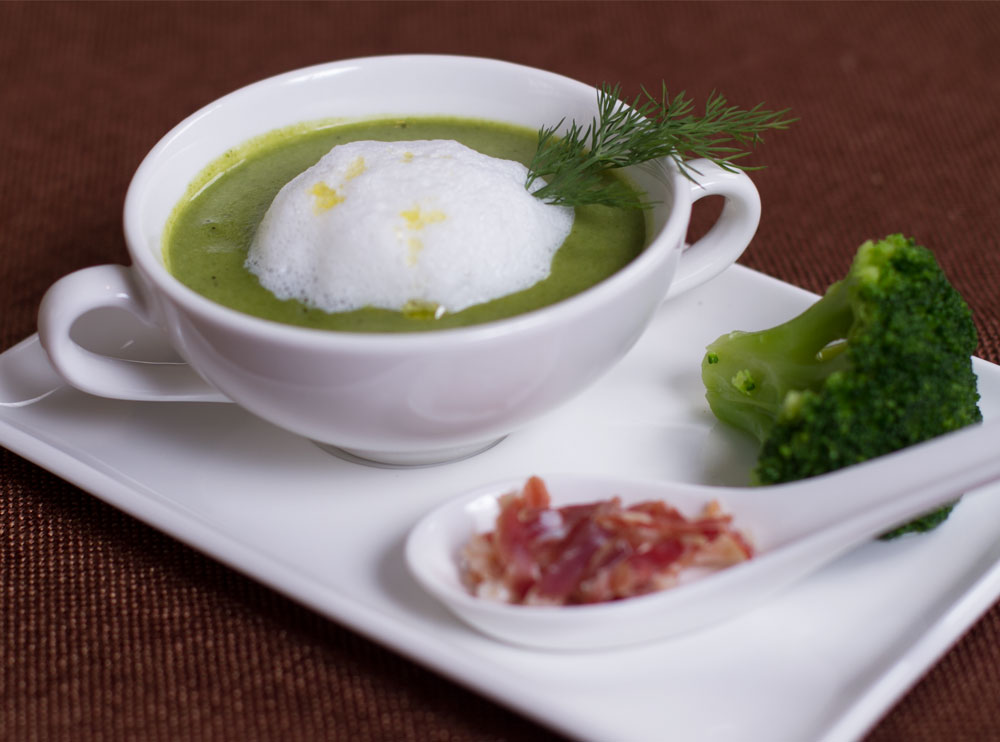 Суп-пюре з броколі та горошку, з хамоном